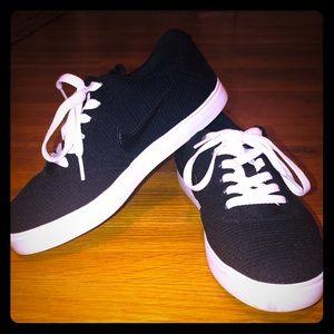 Nike SB Tennis Shoe Knit Black on White Sole Sz 7